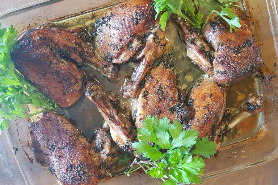 Danie kulinarna: kaczka upieczona w naczyniu żaroodpornym, obłożona świeżą zieloną bylicą